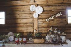 godisbuffé lantligt bröllop | rustic barn wedding