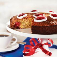 Leivo perinteisten runebergintorttujen sijaan yksi iso kakku. Runebergin kakusta riittää isommallekin porukalle.