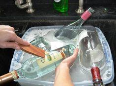 Istället för att kasta glasflaskorna tar hon bort etiketten. Resultatet är något vi bara måste ha!