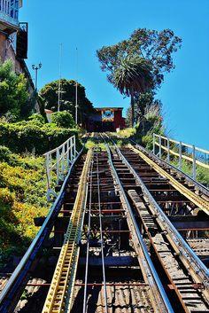 Ascensor Cerro Artillería, Valparaíso (Chile) by j_santander74, via Flickr