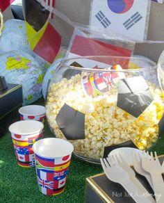 Eine große Schüssel kann sehr einfach zu einem Popcorn-Fussball umgestaltet werden. So machst Du eine perfekte Deko für Deinen Kindergeburtstag zum Thema Fussball. Weitere Ideen findest Du auf blog.balloonas.com #balloonas #kindergeburtstag #fussball #soccer #party #vorlage #ball