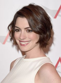 Anne Hathaway Photos Photos - Actress Anne Hathaway attends the Annual AFI Awards at Four Seasons Hotel Los Angeles at Beverly Hills on January 2015 in Beverly Hills, California. - Arrivals at the Annual AFI Awards Short Bob Hairstyles, Hairstyles Haircuts, Cool Hairstyles, Cowlick Hairstyles, Anne Hathaway Bob, Anne Hathaway Makeup, Wavy Hair, New Hair, Hair Inspo