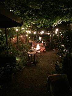 Pretty outdoor lighting Ideas for trees 6471857178 Cozy Patio, Cozy Backyard, Backyard Landscaping, Patio Lighting, Lighting Ideas, Patio Trees, Outdoor Garden Decor, Night Garden, Outdoor Entertaining