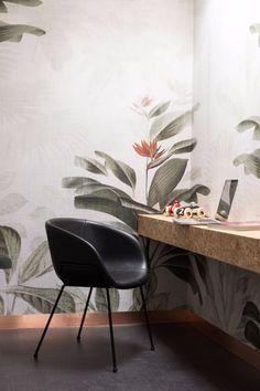 Industriële meubels zijn in! Stoel Feston is een industriële eetkamerstoel met een comfortabele kunstleren zitting en slanke metalen stoelpoten. Perfect voor een stoere look in je eetkamer!