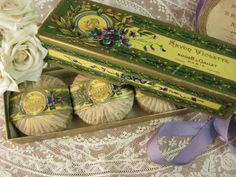 [ Antique French Roger&Gallet VIOLETTE SAVONBOX ] フランスから届いたスミレデザインのSAVON入りボックスセットです。フランス1862年創業の老舗メーカーRoger&Galletのサボンセットです。落ち着いたゴールドにフランス語の文字とスミレの花のデザインが大変素敵なお箱の未使用品のスミレのソープが3個入ボックスに収められています。
