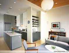 Küçük apart tarzı salon içinde kullanılan sevimli mutfak modeli. Dairenizde küçük alanlarınız için Amerikan mutfak düşünüyorsanız ufak bir bütçe ile nasıl bir mutfak yaptırabileceğinizi öğrenmek