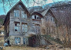 Writing Prompt: Write a story using this eerie house as the setting. Lesson link http://pinterest.com/elaseminars (Photo source link provided below)