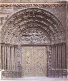 Saint Denis (París, siglo XII). Portada central, donde se representa el juicio final, presidido por un Cristo juez. Le acompañan ángeles con los instrumentos de la pasión, los apóstoles y la resurrección de los muertos, vírgenes y los ancianos del Apocalipsis.