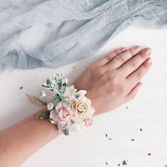Wrist Flowers, Prom Flowers, Blush Flowers, Bridal Flowers, Flower Bouquet Wedding, White Corsage, Flower Corsage, How To Make Corsages, Pink Champagne Wedding