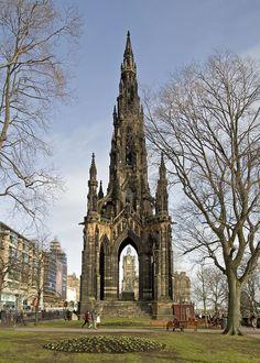 Edimburgo. Inaugurado en 1846, el Monumento a Scott (Scott Monument) es una construcción de estilo gótico que se erigió en honor al escritor escocés Sir Walter Scott. Sus 61 metros de altura, le convierten en el monumento más grande creado en honor a un escritor. El monumento, situado en Princes Street, posee un color ennegrecido que le aporta un aspecto siniestramente bello.. La enorme aguja gótica está decorada con 64 personajes de las novelas creadas por el querido escritor.