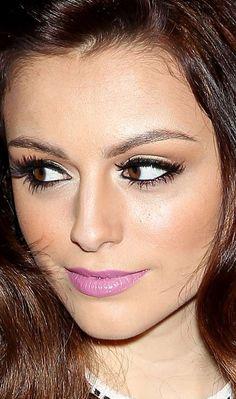 """O batom lilás cremoso deu um """"up"""" incrível no make de Cher Lloyd em NY! O lápis preto contorna todo o olho e o blush pêssego dá um toque de cor às maçãs.  Batom lilás - Make do dia - Outubro de 2012 - CAPRICHO"""