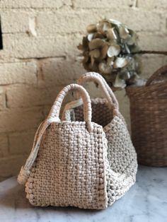 Marvelous Crochet A Shell Stitch Purse Bag Ideas. Wonderful Crochet A Shell Stitch Purse Bag Ideas. Crochet Handbags, Crochet Purses, Crochet Bags, Crochet Gifts, Diy Crochet, Crochet Ideas, Diy Sac, Crochet Shell Stitch, Macrame Bag