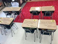 Professora escreve recados de incentivo nas carteiras dos alunos