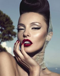 Winged liner - Red lips - Make-up