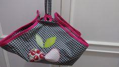 Porta travessa redondo ,em tecido de sarja xadrez,viés rosa pink nas bordas. <br>tecido 100% algodão. <br>Patchcolagem cerejas.