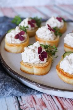 Nemme Hapsere Med Tunmousse Og Agurk - Lækker Snack Tapas Recipes, Gourmet Recipes, Great Recipes, Vegetarian Recipes, Favorite Recipes, Healthy Recipes, Creamy Garlic Chicken, Tiny Food, Food Print