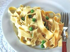 These quick ways to make pasta are delish and so simple to pull off on hectic weeknights. Creamy Pasta Recipes, Pea Recipes, Vegetarian Recipes, Cooking Recipes, Healthy Recipes, Yummy Recipes, Entree Dishes, Holiday Recipes, Pizza