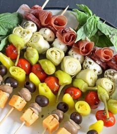 This antipasto skewers recipe is the perfect lazy day Italian appetizer. They can easily be made from store-bought pickled items or from your pantry stash! Italian Appetizers Easy, Cold Appetizers, Appetizers For Party, Italian Antipasto, Skewer Appetizers, Skewer Recipes, Appetizer Recipes, Plats Healthy, Antipasto Skewers