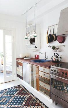 cuisine avec portes et façades de tiroir en bois recyclé - Hjemme i genbrugsguttens lejlighed | Boligmagasinet.dk