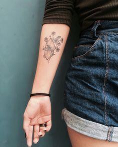 • Crystal and chamomile tattoo by @jercoqueiro.tattoo • model @gabrieladagua •