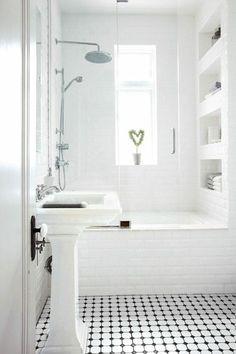 petite salle de bains blanche avec une baignoire-douche, niche murale et carrela… small white bathroom with tub-shower, wall niche and Classic White Bathrooms, Small White Bathrooms, Bathroom Design Small, Beautiful Bathrooms, Modern Bathroom, Modern Bathtub, Tiny Bathrooms, Bathroom Designs, Brown Bathroom