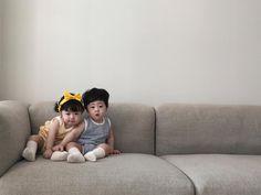 Loạt ảnh ngắm mãi không chán của cặp sinh đôi siêu dễ thương - Ảnh 11. Korean Babies, Cute Kids, Cute Babies, Ulzzang Kids, Kids Toys, Baby Supplies, Sinh Đôi, Childhood, Children