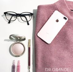 Unsere Beauty-Produkte ergänzen sich perfekt mit den neuen Modetrends für Herbst / Winter 2017. #kosmetik #fashion #fashiontrend #2017 #makeup #flatlay #ampulle #highlighter #augsburg #mode #collection #blogger #instablogger #blogger #like #follow