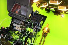 schuhplus Schuhe in Übergrößen setzt auf Innovation im Video-Marketing: Kay Zimmer, Geschäftsführer und Gründer, im hauseigenen virtuellen 3D TV-Studio. Mehr unter https://www.schuhplus.com/mediathek/