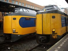 nederlandse treinen - 2 intercity  materieel - links na revisie - rechts voor de revisie van dit materieel