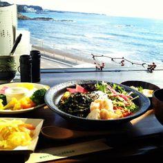 アーセンプレイス(自然食レストラン&カフェ) URL:http://www.earthen-place.jp 住所:神奈川県横須賀市秋谷1653-13、営業時間:8:00-17:00 (無休) 海を眺めながら心と身体に優しいご飯を楽しめます。食べログTOP 5000にも入ったレストラン!