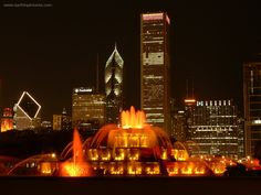 Buckingham Fountain - Downtown Chicago at night. Chicago At Night, Buckingham Fountain, Photo Booth Background, Milwaukee City, Grant Park, Chicago Style, Chicago Chicago, My Kind Of Town, Chicago Illinois