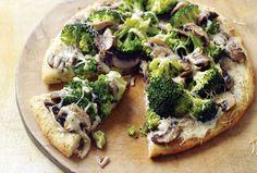 Белая пицца сброкколи игрибами https://foodmag.me/belaya-pitstsa-s-160-brokkoli-i-160-gribami  Время приготовления: 60 мин. Сложность приготовления: Просто Количество порций: 4 Количество ингредиентов: 11  Ингредиенты: 1 порция теста для пиццы. 1 ст. л. муки. 1 стакан молока. 1/2 стакана тертого пармезана. 2 зубчика чеснока. 2,5 ст. л. сливочного масла. 200 г моцареллы. 250 г брокколи. 250 г шампиньонов. свежемолотый черный перец,. соль.  Этапы приготовления: Нарежьте грибы ичеснок…