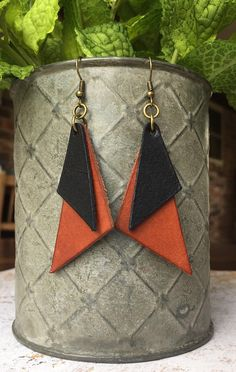 Jewelry Making For Beginners Cuir boucles doreilles/Joanna Gaines en cuir boucles Clay Jewelry, Jewelry Crafts, Handmade Jewelry, Diy Leather Earrings, Diy Earrings, Crea Cuir, Joanna Gaines, Leather Accessories, Designer Earrings