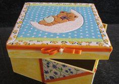 Caixa de MDF trabalha em patchwork embutido e decoupage na parte de de baixo da caixa. Um lindo presente......