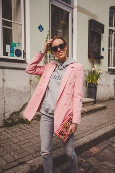 Pink Blazer Outfits, Pink Blazers, Cool Outfits, Casual Outfits, Hoodie Outfit Casual, Look Rose, Layering Outfits, Mode Style, Grey Hoodie