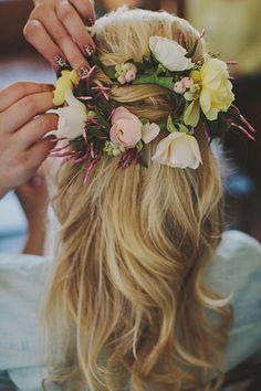 peinado boho con flores para una boda en la playa