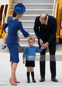 (L-R) Catherine, Duchess of Cambridge, Prince George of Cambridge and Prince William, Duke of Cambridge arrive at 443 Maritime Helicopter Squadron on September 2016 in Victoria, Canada. (Photo by Andrew Chin/Getty Images) Looks Kate Middleton, Estilo Kate Middleton, Kate Middleton Outfits, George Of Cambridge, Duchess Of Cambridge, Prince William And Catherine, William Kate, Duchess Kate, Duke And Duchess