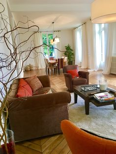 Bien tranquille au salon Croissy Sur Seine, Beautiful Homes, Couch, Furniture, Home Decor, Living Room, House Of Beauty, Settee, Decoration Home