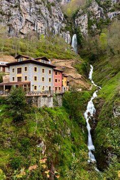 Foto: Cascada Aguasaliu- Puente Vidosa en Ponga. Asturias. España Tiene una altura de 80 metros.