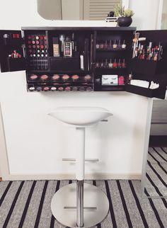 Vanidad del organizador de maquillaje montado de pared por bleachla