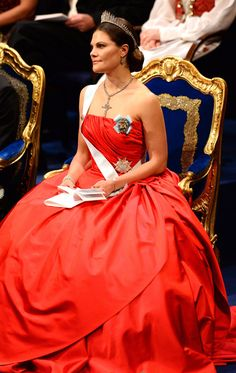 [I like her gown. Her tiara and necklace, too.]