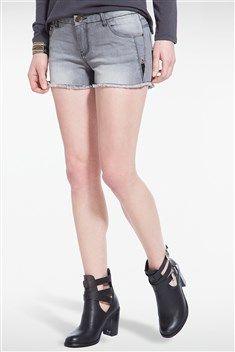Pour aller à la plage ou vous rendre à un festival, misez sur le style et le confort grâce à ce short ! Semblant tailler dans un jeans, il affiche de fines franges sur les rebords. Short femme, coupe courte et près du corps, léger effet délavé. Fines franges sur les rebords. Poches devant et au dos. Fermeture zip et bouton.