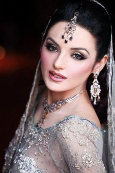 Love her make up. Simple and sophisticated, remarkably, at the same time