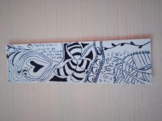 Boekenlegger voor groep 7/8. Patronen eerst met potlood optekenen op een reep stevig karton. Vervolgens met Oost-Indische inkt overtrekken en potloodlijnen weggummen. Eventueel plastificeren.