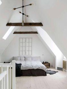 Hanna och Mikaels sovrum har tak upp till nock med synliga takbjälkar. Ett rum som andas frid och ro och inger en sakral känsla.