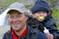 ARNE HJELTNES: TA MED BARNA PÅ TUR! Barn ingen hindring, sier Cathrine Gehrken og Arne Hjeltnes, og legger ut på den ene spennende og utfordrende turen etter den andre med ett eller flere barn i hælene. (http://farogbarn.no/?p=2895)
