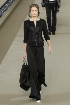 Chanel pre-automn/winter 2006 - hook closure with ribbon bow on top