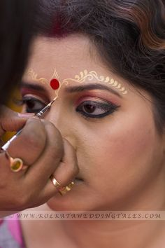 Bengali Wedding Bride make-up for Reseption Cosmetics, also known as make-up, are care substances used to enhance the appearance or odor of the human body. Bengali Bridal Makeup, Indian Wedding Makeup, Indian Makeup, Natural Wedding Makeup, Bengali Bride, Bengali Wedding, Bengali Art, Saree Wedding, Wedding Looks
