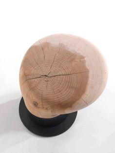 Bitta Riva 1920  Dieser Hocker inspiriert sich an den traditionellen Bootsanlegepunkten, die man in vielen Häfen und der venezianischen Lagune sehen kann. Er besteht aus zwei Haupt elementen: ein Teil aus massivem Holz, das entsprechend geformt den Sitz bildet, und aus einem Untergestell aus geöltem Roheisen; in zwei unterschiedlichen Höhen verfügbar. Nur aus Zedernholz erhältlich.  http://www.storeswiss.com/de/prod/kategorie-stuhle/hocker/bita-riva-1920.html