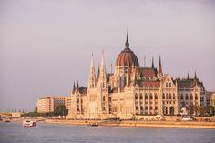 Que voir et que faire à Budapest ? Le top 10 des incontournables avec Les escapades !   #budapest #lesescapades #travel #city #europe #hungary #parliament #Monument